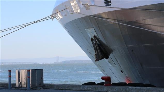 Un bateau de croisière à quai au terminal de Québec.