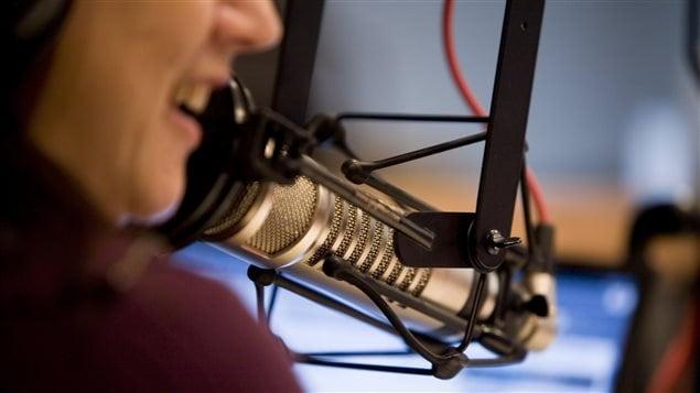 Une animatrice radio au micro.