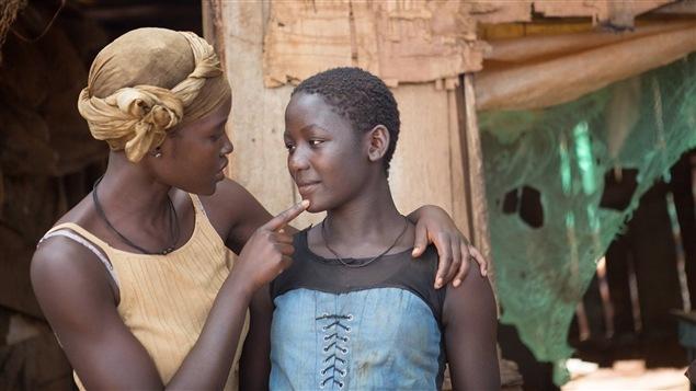 Lupita Nyong'o et Madina Nalwagna dans <i>Queen of Katwe</i>, de Mira Nair