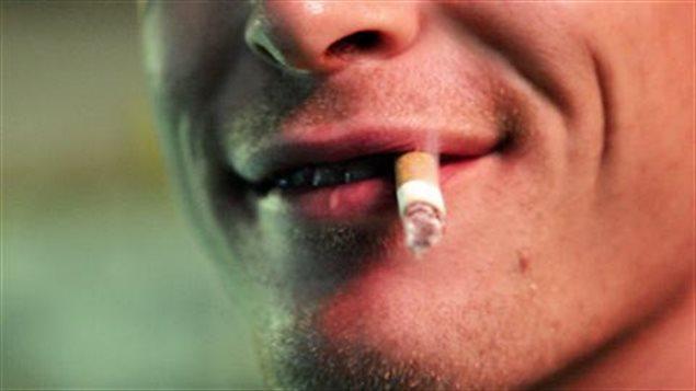 Le tabagisme est l'une des grandes causes de la maladie pulmonaire obstructive chronique.
