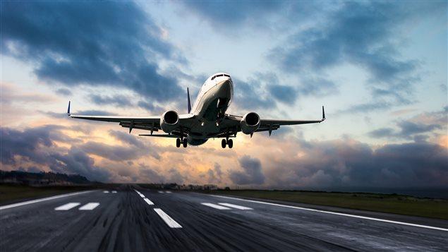 Un avion décolle