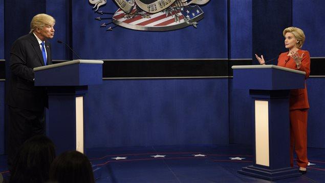Alec Baldwin et Kate McKinnon personnifient les candidats à la présidence américaine Donald Trump et Hilary Clinton à <i>Saturday Night Live</i> le 1er octobre 2016.