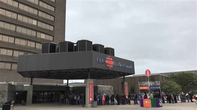 La población haciendo fila para poder conocer la radio pública canadiense.
