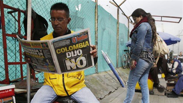 Un homme lit le journal au lendemain du rejet par référendum de l'entente conclue entre le gouvernement colombien et les FARC.