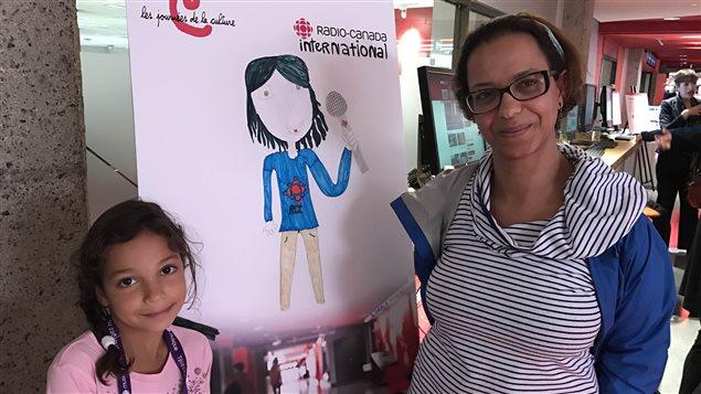 La canadiense-marroquí Dalila Laghmati visita junto a su niña el edificio de Radio Canadá en Montreal.