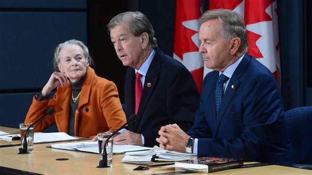 Les Sénateurs Elaine McCoy, Thomas Johnson McInnis et Serge Joyal du Comité sénatorial spécial sur la modernisation du Sénat.