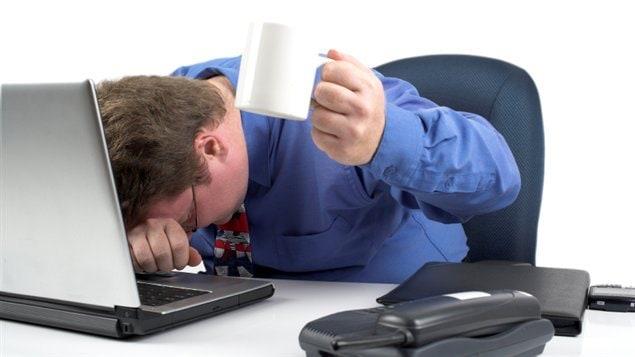 Un homme stresse au bureau
