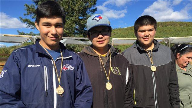 De jeunes Atikamekws de l'école secondaire Nikanik.