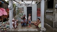 Une famille haïtienne dans une maison détruite