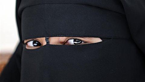 Une Femme portant le niqab.Crédit photo : AFP / Fred Dufour