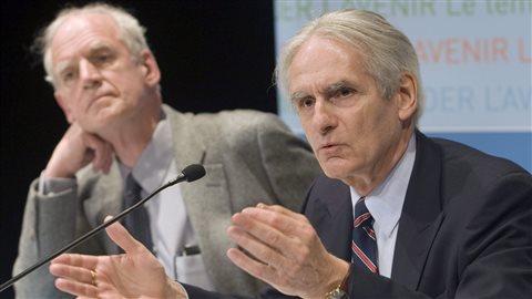 Charles Taylor (à gauche) et Gérard Bouchard (à droite) lors du dévoilement de leur rapport de la commission sur les accomodements raisonnables en mai 2008. PHOTO : PC/RYAN REMIORZ