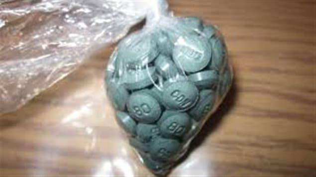 كيس من البلاستيك يحوي حبوبا من مخدّر الفانتانيل