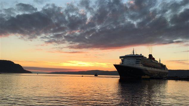 Le Queen Mary 2 dans la baie des Ha! Ha!