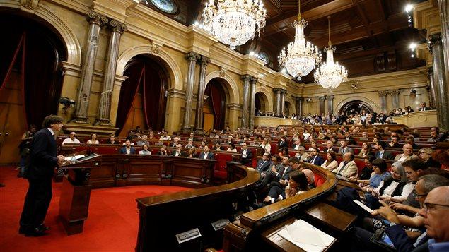 El presidente de Cataluña, Carles Puigdemont, pronuncia un discurso ante el Parlamento catalán.