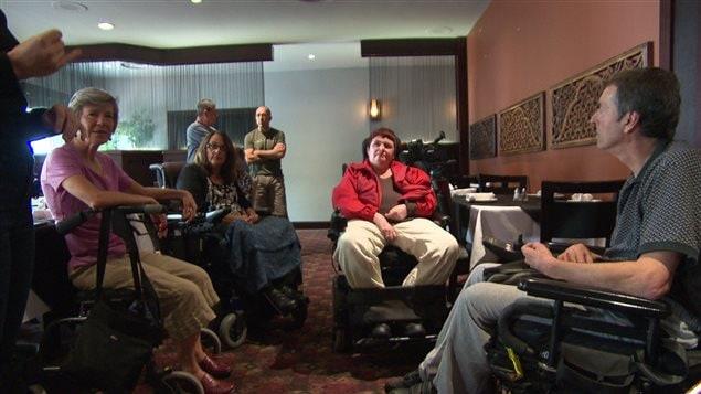 Des personnes atteintes de sclérose en plaques se sont réunis à Ottawa.