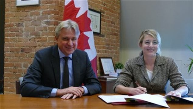 Juergen Boos, CEO and President of Frankfurt Book Fair, with The Honourable Mélanie Joly, Minister of Canadian Heritage, at the Guest of Honor signing ceremony.