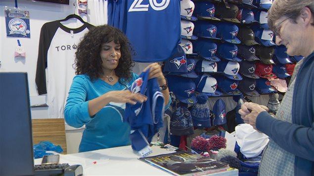 Rosabella de Zilva, une coiffeuse profite de la frénésie que suscitent les Blue Jays à Toronto.