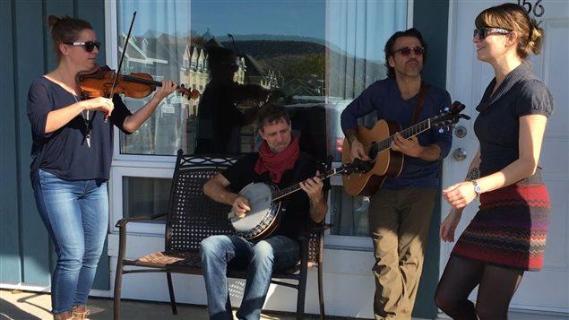 Le trio musical Bon Débarras et la calleuse Yaëlle Azoulay vont orchestrer la veillée de danse traditionnelle du 16e festival La Virée à Carleton-sur-Mer