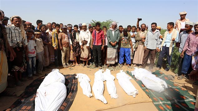 Funeral de miembros de una misma familia en Yemen, en la provincia occidental de Houdieda, asesinados el 8 de octubre de 2016 por un ataque aéreo lanzado por la coalición que incluye Arabia Saudita y Estados Unidos.