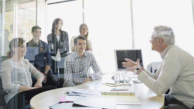 Selon le sondage d'Accountemps, de bons employés évitent la nonchalance, le commérage, l'absentéisme, la distraction au bureau et ils demandent des conseils à leurs collègues et à leurs gestionnaires