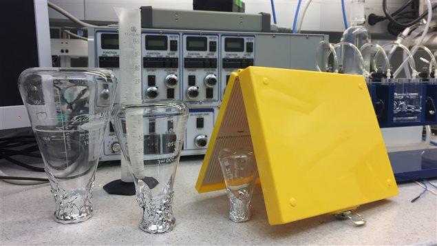 Des éprouvettes à l'envers dans un laboratoire scientifique