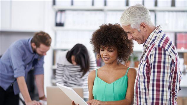 Jeune employée demande conseil à son gestionnaire
