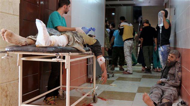 Sirios espera ayuda médica en un hospital de Alepo después de los bombardeos del 11 de octubre.