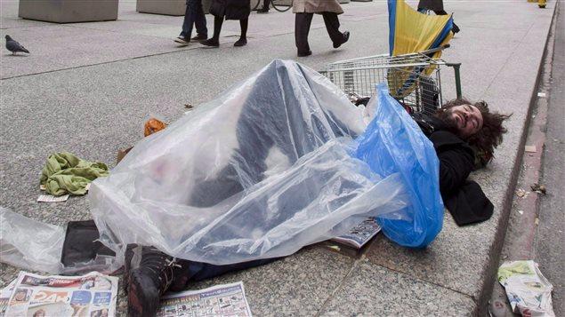 Un sans-abri au centre-ville de Toronto