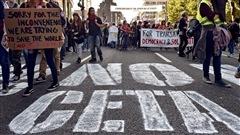 Des centaines de personnes sont descendues dans les rues de Bruxelles, en Belgique, le 20 septembre 2016, pour manifester contre l'accord économique et commercial global (CETA).