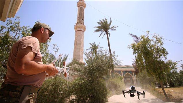 Soldado iraquí manipulando un dron.