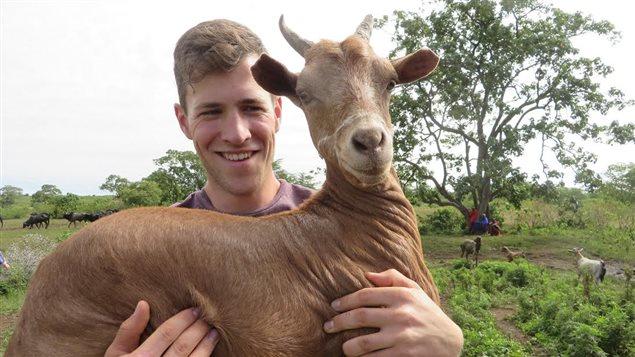 Un jeune tient une chèvre