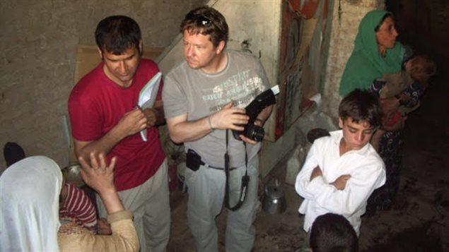 À gauche, Shakor Firoz est à l'oeuvre en tant qu'interprète pour le journaliste Daniel Morin, lors d'un séjour en Aghanistan en 2006.