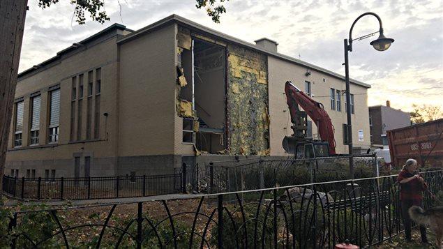 La démolition du Centre Durocher a commencé tôt mercredi matin.