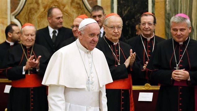 Le pape François et des cardinaux