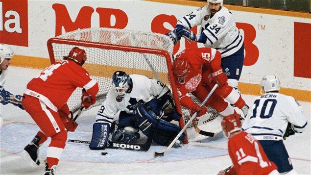 Les Maple Leafs affrontent les Red Wings en séries éliminatoires en 1993.