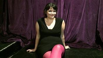 La coach en relations, Mel Mariposa, se décrit comme étant une polyamoureuse célibataire