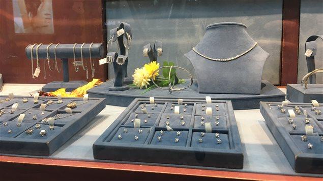 Vigilance : plusieurs bijoux marqués et annoncés en métaux précieux peuvent être des faux