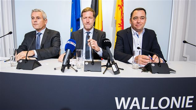 El presidente regional valón Paul Magnette (centro) acompañado por Christophe Lacroix y Maxime Prevot.