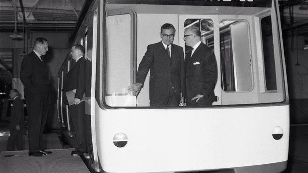 Lucien Saulnier et Jean Drapeau visitent le nouveau métro.