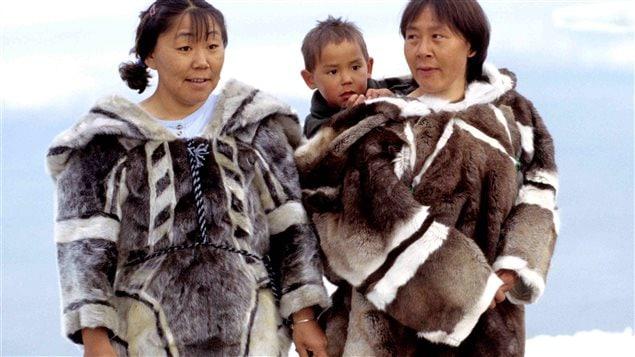 Non, il ne s'agit pas de vêtements de type Canada Goose ou autres, achetés en magasin, mais bien des vêtements faits main selon des design inuits traditionnels.