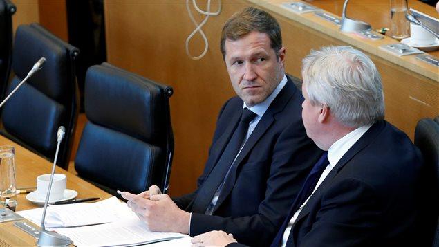 El presidente del Parlamento valón, Paul Magnette y el vice presidente, Jean-Claude Marcourt