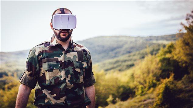 Un soldat portant un casque de r�alit� virtuelle