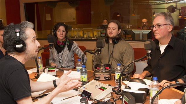 Matthieu Dugal, Sandra Rodriguez, Bertrand Nepveu et Denis Talbot avec deux casques de r�alit� virtuelle