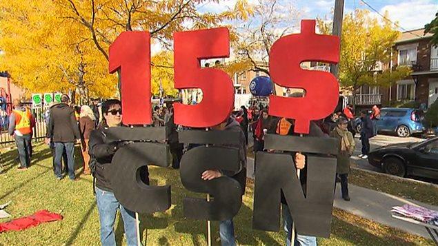 Des manifestants sont réunis au parc le Prévost, dans le quartier Villeray, à Montréal, pour participer à une manifestation en faveur d'une hausse du salaire minimum à 15 $ l'heure.