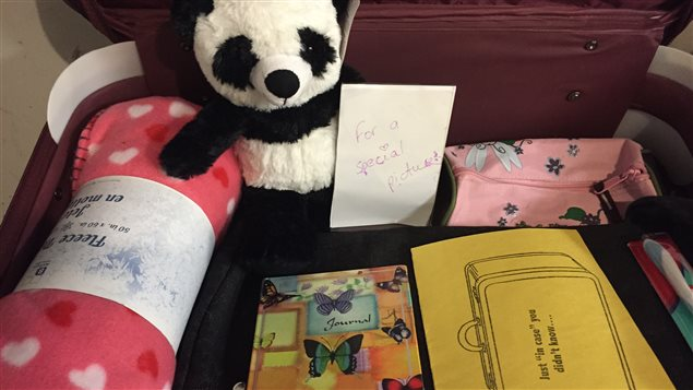 Les valises contiennent plusieurs articles destinés aux enfants...