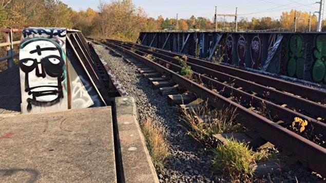 Le chemin de fer qui surpasse la rue Wellington Sud à Sherbrooke n'est plus utilisé