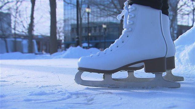 Patins sur une patinoire extérieure