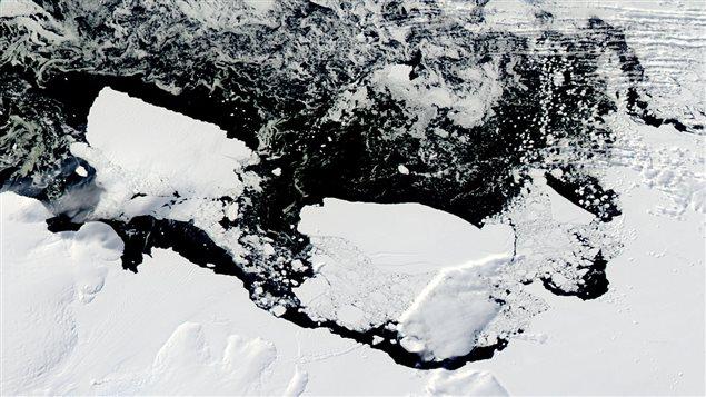 Le glacier Mertz, dans la partie est de l'Antarctique, immédiatement après que la moitié de sa langue de glace, un iceberg de 80 km de long, s'en soit détaché pour dériver dans l'océan Austral, en mars 2010