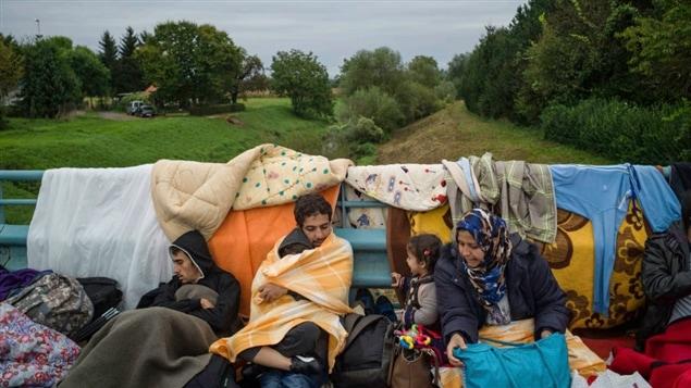 Des migrants attendent qu'on leur ouvre la frontière sur le pont de Harmica, de la Croatie vers la Slovénie.