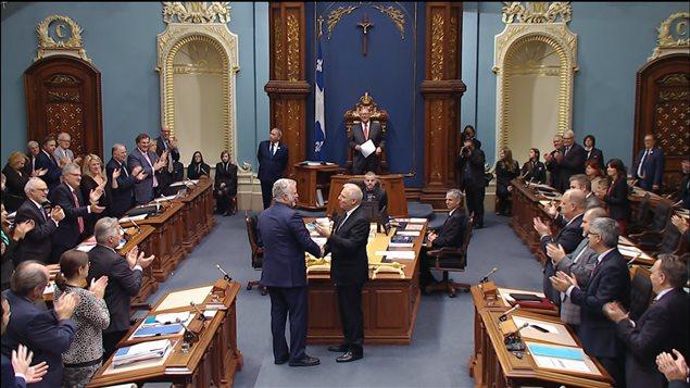 Le premier ministre Philippe Couillard serre la main au nouveau chef du Parti québécois, Jean-François Lisée.